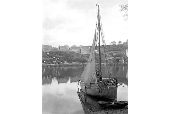 Au deuxième plan à droite le chantier naval Querrien en 1920