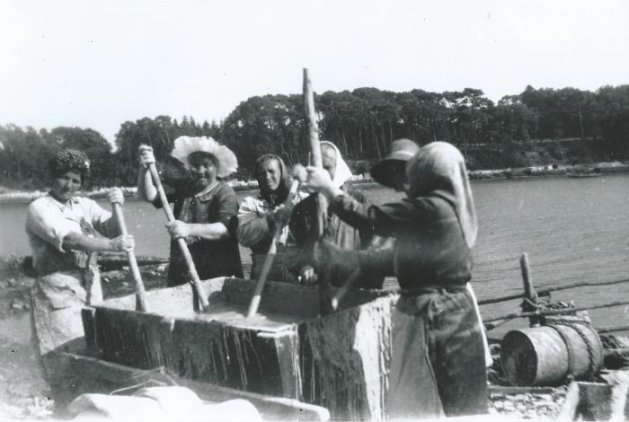 Préparation pour chaulage des tuiles vers 1950